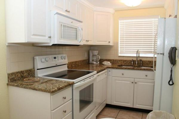 Fotografie hotelů: Surf Song - Two Bedroom Apartment - 121, St Pete Beach