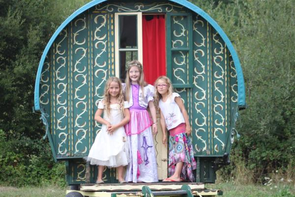 Hotel Pictures: La Roulotte de la Maison du Bonheur, Anlhiac