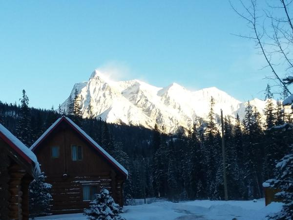 Hotel Pictures: Kicking Horse River Chalets, Golden