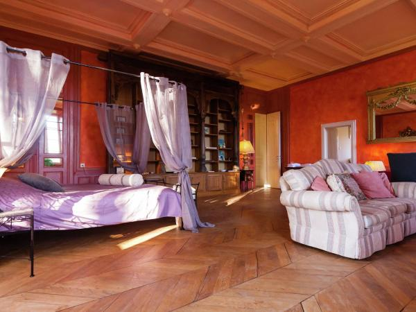 Hotel Pictures: Chambre Rouge, Chaleix