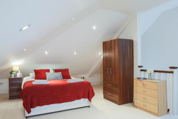 Hotel Pictures: Finchley Central - Spacious Triplex, Hendon