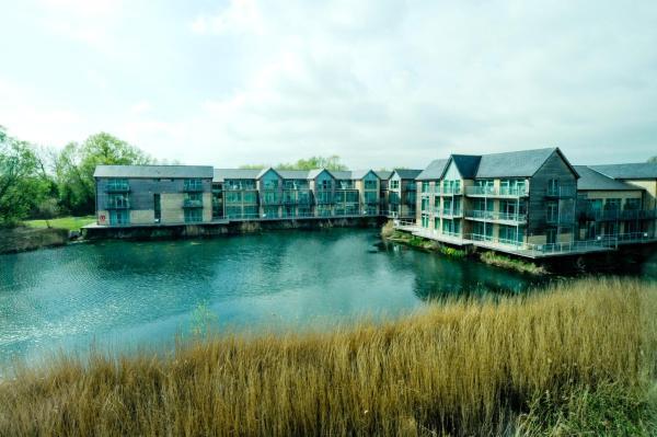 Hotel Pictures: De Vere Cotswold Water Park Apartments, Cirencester