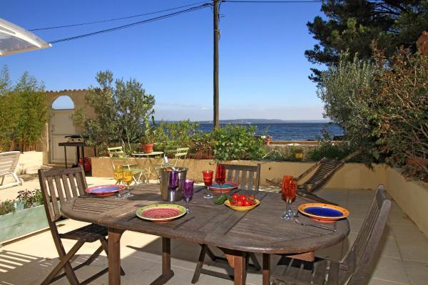 Hotel Pictures: Villa les Pieds dans l'Eau, Istres