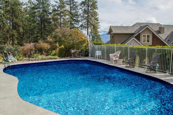 Hotel Pictures: At The Top Of The Hill, Peachland