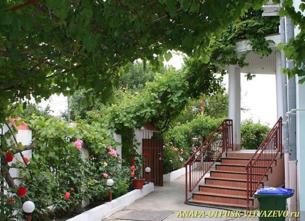 Hotel Pictures: Ksenofont i Maria Guesthouse, Vityazevo