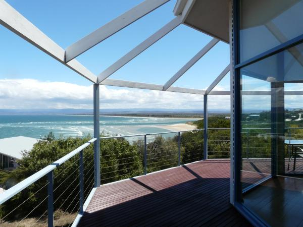 Hotel Pictures: Waterline Holiday Home, Coles Bay