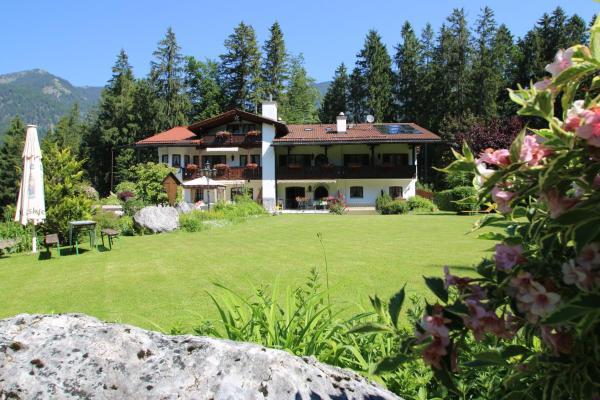 Hotel Pictures: Alpenchalet Zum Jeremia, Grainau
