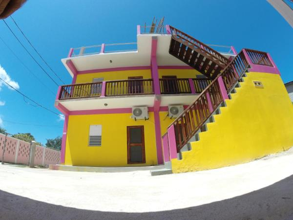 Hotel Pictures: Travellers Palm Backpacker Hostel, Caye Caulker