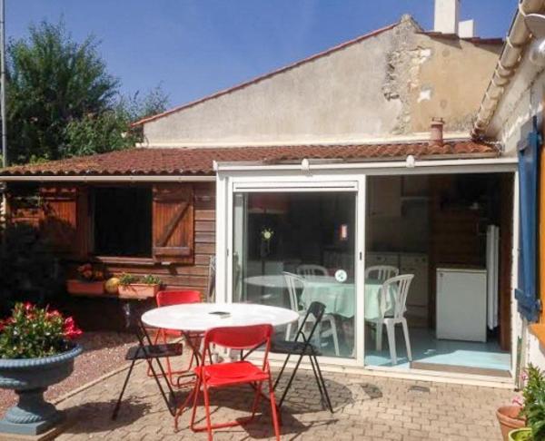 Hotel Pictures: Maisonnette de centre ville, Jard-sur-Mer