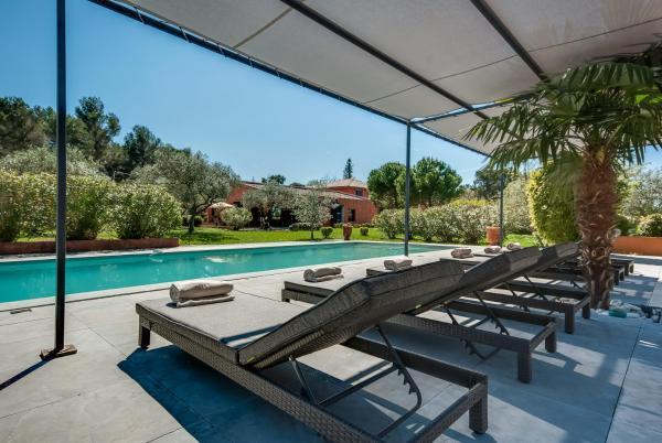Hotel Pictures: Villa with Pool near Aix-en-Provence, Aix-en-Provence