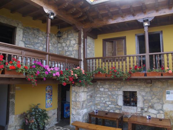 Hotel Pictures: Hostal Santa Marina, Buelna