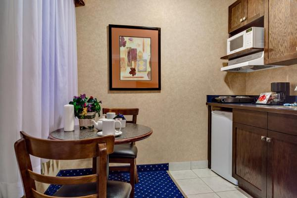 Queen Suite with Two Queen Beds and Kitchenette