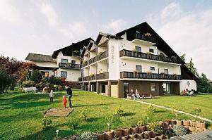 Hotel Pictures: Hotel & Ferienwohnungen Seeschlößchen, Waldeck