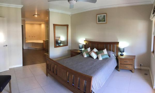 Hotel Pictures: Huge House on the Grand Canal, Mandurah