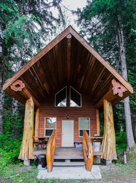 Hotel Pictures: Bella Coola Grizzly Tours Cabins, Hagensborg