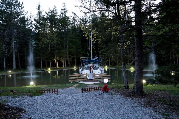 Hotel Pictures: L'Insolite, le voilier de la Font Vineuse, Saint-Pierre-d'Argençon