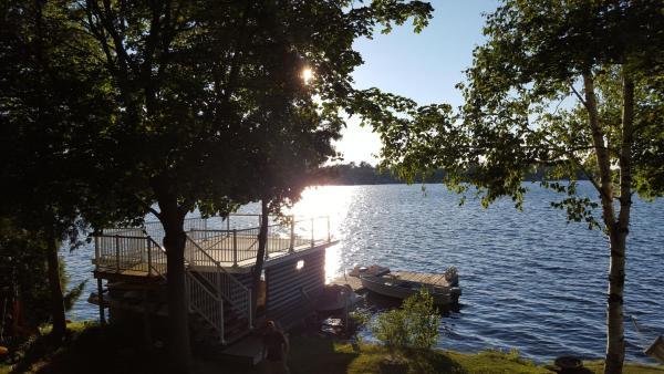Hotel Pictures: Beautiful Balsam Lake Villa, Fenelon Falls