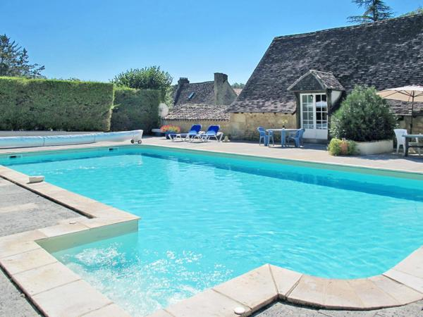 Hotel Pictures: Ferienwohnung mit Pool (100), Saint-Georges-de-Monclard