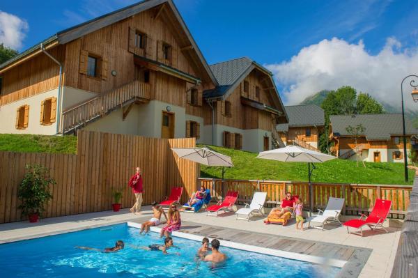 Hotel Pictures: Goélia Les Chalets de Belledonne, Saint-Colomban-des-Villards