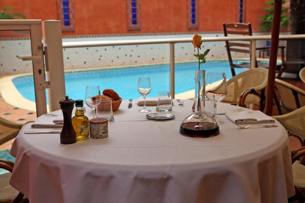 Hotel Pictures: Hotel De La Paix, Lodève