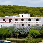 Hotel Pictures: Hostal Alocs, Es Figueral Beach