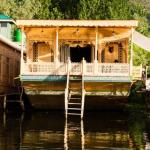 Houseboat room for 3 with Wifi, by GuestHouser, Srinagar