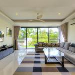 4 bdr villa - home theater, pool, 800 m to beach, Phuket Town