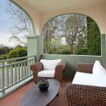 Hotel Pictures: Luxury, Water views & Beach 100m - The Beach Nest, Dromana