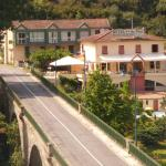 Hotel Pictures: Logis Hotel Restaurant du Pont, Ambialet