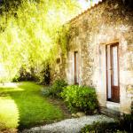 Hotel Pictures: La Baudonniere Courtyard Cottage, Monsireigne