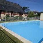 Hotel Pictures: Duplex avec jardin piscine bord de mer, Commes