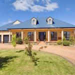 Hotel Pictures: Stately Bowral Designer Home, Bowral