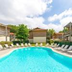 Hotel Pictures: Lagrange Vacances Les Terrasses du Lac, Aureilhan