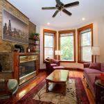 Three-Bedroom on W Berwyn Avenue Apt 1, Chicago
