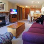 Hotel Pictures: Fireside Lodge Village Center - FS413, Sun Peaks