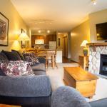 Hotel Pictures: Fireside Lodge Village Centre - FS318, Sun Peaks