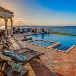 Foto Hotel: Epic Private Beach Villa, East End Village