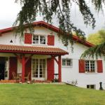 Hotel Pictures: Five-Bedroom Holiday Home in Cambo-les-Bains, Cambo-les-Bains