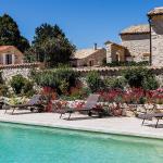 Hotel Pictures: Aubignane La Ferme d'Estafinette, Redortiers