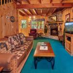 Peaceful Retreat- Two-Bedroom Cabin, Pigeon Forge