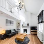 Stunning 2 bed Stockwell pad w/ roof terrace!,  London
