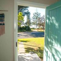 Hotel Pictures: Tallowood beachfront cottage, Bonny Hills