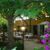 Hotel Pictures: La Touloubre, La Barben