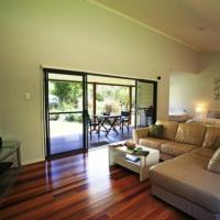 Hotel Pictures: CrookNeck Retreat, Glass House Mountains