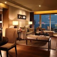 Bay Suite with Living Room