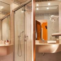 Small Double Room with Shower - Courtyard View