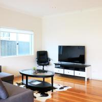 Hotel Pictures: Sydney finest spacious house for a family retreat, Miranda