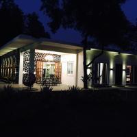 Hotelbilder: Luxurious Vintage Villa with Swimming pool., Lonavala