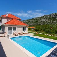 Zdjęcia hotelu: Zupa Villa Sleeps 6 Pool Air Con WiFi, Župa