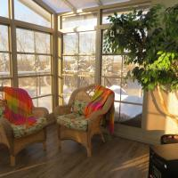 Hotel Pictures: The Honeyberry Bed and Breakfast, Lacombe